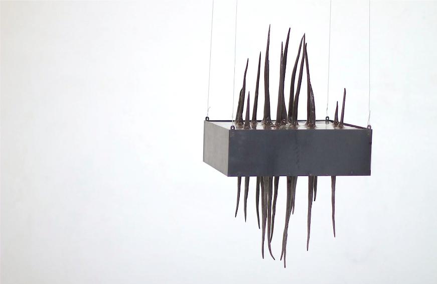 LA SUSPENDUE, Nour Awada 45 x 45 x 80 cm Acier, faïence, 2012
